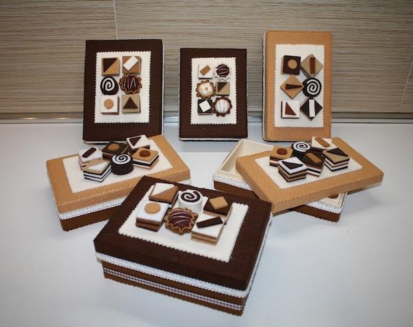 Scatole decorate con dolci di feltro