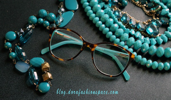 occhiali-azzurri-e-tortora