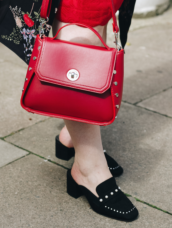 how to wear red bag
